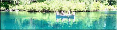 Bootsfahrt auf dem türkisfarbenen Clear Lake im Kaskadengebirge, Oregon